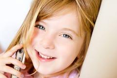 联系白肤金发的儿童的女孩移动电话 库存图片