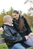 联系的夫妇户外年轻人 免版税库存图片