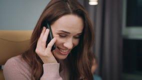 联系的女商人移动电话 关闭企业母亲谈的电话 股票视频