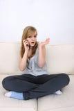 联系移动电话的女孩少年年轻人 免版税图库摄影