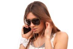 联系移动电话移动的太阳镜妇女 免版税库存照片
