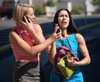 联系美丽的城市的电话妇女 免版税库存图片