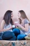 联系聊天的咖啡的女孩茶时间 库存照片