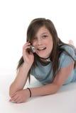 联系11个移动电话的女孩青少年的年轻 库存照片