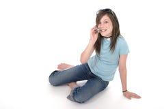 联系2个移动电话的女孩青少年的年轻& 图库摄影