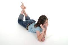 联系5个移动电话的女孩青少年的年轻& 库存照片