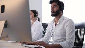 联络中心代理咨询的顾客在网上 影视素材