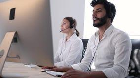 联络中心代理咨询的顾客在网上 股票视频