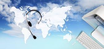 联络概念,有耳机的,在天空背景隔绝的计算机顶视图书桌,国际预定的概念中 库存照片