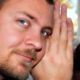 联络眼睛英俊的人严格的年轻人 免版税库存图片