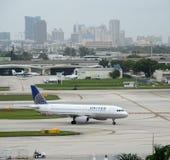 联航喷气式客机在劳德代尔堡,佛罗里达 免版税库存图片