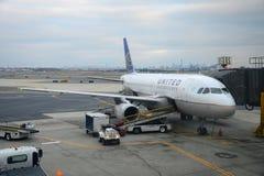 联航在纽瓦克机场的空中客车319 免版税库存照片