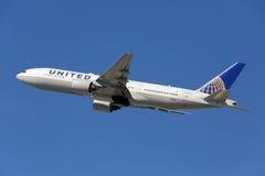 联航波音777-200飞机 免版税库存图片
