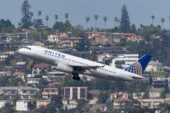联航空中客车A320-232 N405UA离去的圣地牙哥国际机场 库存照片