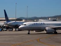 联航飞机坐停放在机场 免版税库存图片