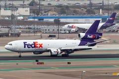 联邦快递公司联邦快递公司到达圣地牙哥国际机场的麦克当诺道格拉斯公司MD-10-10F N395FE 免版税库存图片