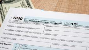 联邦所得税回归1040文件与美元的2016年 库存照片