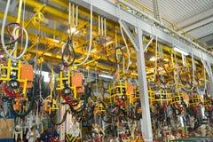 联络在汽车PR焊接车间的点焊设备  免版税库存图片