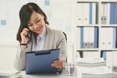 联系在电话 免版税库存图片