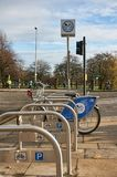聘用城市网络骑自行车, Nextbike在格拉斯哥的公民中是日益普遍的,提供一条便宜和捷径  库存图片