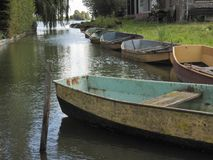 聘用的老划艇在荷兰运河 库存照片