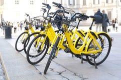 聘用的自行车在镇中心在米兰 库存图片