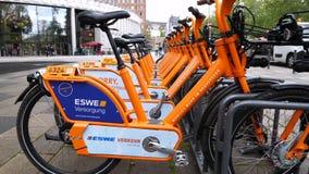 聘用自行车在威斯巴登,德国的市中心 股票视频