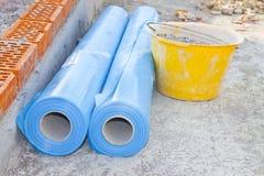 聚乙烯保护制约蒸气段落的蒸气障碍从结构的热的部分对冷的部分  免版税库存图片