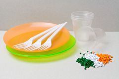 聚乙烯粒子和一次性碗筷由polyethyl制成 免版税库存图片