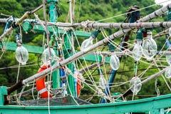 聚光灯在渔船和乌贼钓鱼垂悬对加州 免版税库存图片