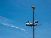 聚光灯在蓝天下 免版税库存图片