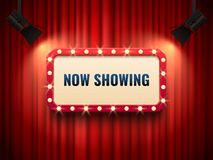 聚光灯阐明的减速火箭的戏院或剧院框架 现在显示在红色帷幕背景的标志 电影首放标志 皇族释放例证