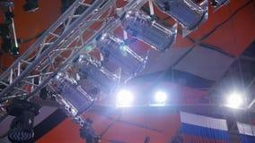 聚光灯 阐明阶段在音乐会的许多聚光灯 演出与激光光芒的聚光灯在事件会议 免版税库存图片