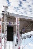 聚光系统登上在露天舞台屋顶下在骗局前 免版税图库摄影