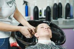 聚焦。洗涤在沙龙的妇女头发 免版税库存图片