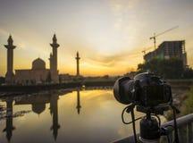 聚焦在Tengku Ampuan Jemaah清真寺的照相机 库存图片