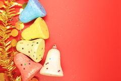 聚苯乙烯泡沫塑料响铃五颜六色的五个片断在红色背景的 库存图片