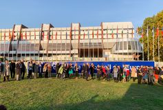 聚集与气球的人们在史特拉斯堡欧洲理事会中 图库摄影