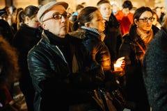 聚集与蜡烛的人们 免版税库存图片