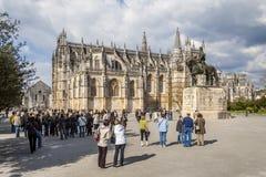 聚集为修道院的一次被引导的游览的游人 库存照片
