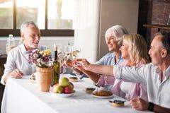 聚集为庆祝的家庭在厨房里 免版税库存图片