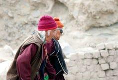 聚集为达赖喇嘛讲话的年迈的人民 库存图片