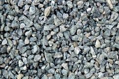 聚集体-浅灰色的粗糙的石头,被击碎在坑坑洼洼,石渣样式 免版税库存图片