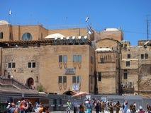 聚集在哭墙,耶路撒冷附近的人群 库存图片