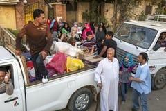 聚集在开罗的吉萨棉郊区的一个繁忙的家庭在埃及 免版税库存照片