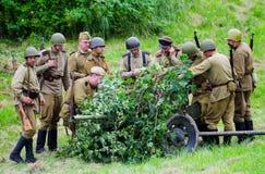 聚集在火炮附近的战士 免版税图库摄影