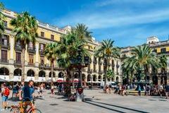 聚集在皇家方形的Placa Reial或广场的人们真正巴塞罗那的一个知名的旅游胜地 免版税库存照片