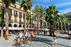 聚集在皇家方形的Placa Reial或广场的人们真正巴塞罗那的一个知名的旅游胜地 免版税库存图片