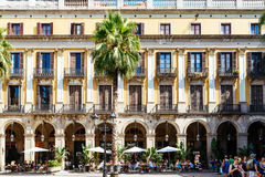 聚集在皇家方形的Placa Reial或广场的人们真正巴塞罗那的一个知名的旅游胜地 库存图片
