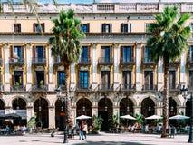 聚集在皇家方形的Placa Reial或广场的人们真正巴塞罗那的一个知名的旅游胜地 库存照片